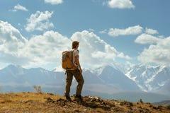 O homem está no fundo das montanhas Foto de Stock Royalty Free