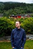 O homem está olhando ao lado, atrás das montanhas altas de nem imagens de stock