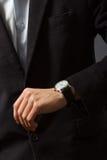 O homem está olhando seu relógio Foto de Stock Royalty Free