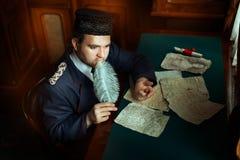 O homem está pensando quando escreveu o manuscrito Fotos de Stock Royalty Free