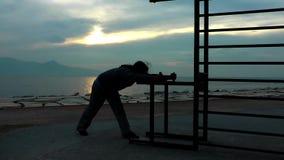 O homem está perto do beira-mar filme