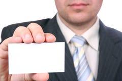 O homem está prendendo um cartão Imagens de Stock