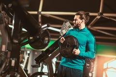 O homem está preparando-se para exercitar no gym foto de stock