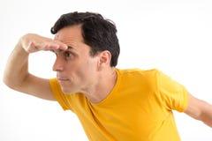 O homem está procurando algo Tentativa ver Ele ` s em seus pés Mim Imagens de Stock