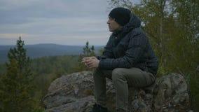 O homem está sentando-se na floresta filme