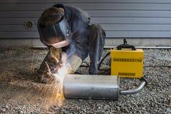 O homem está soldando as tubulações em Finlandia Fotografia de Stock Royalty Free