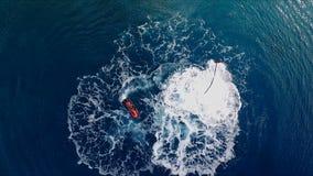 O homem está tendo o divertimento, voando sobre a água em um flyboard, sob a pressão da água Tiro video aéreo, ` s do pássaro filme