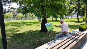 O homem está tirando uma imagem no parque Imagens de Stock