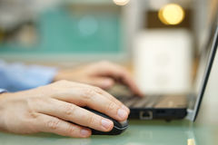 O homem está trabalhando no portátil em casa Profundidade de campo rasa, foco fotografia de stock