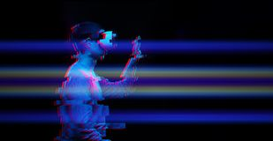 O homem está usando auriculares da realidade virtual Imagem com efeito do pulso aleat?rio imagem de stock royalty free
