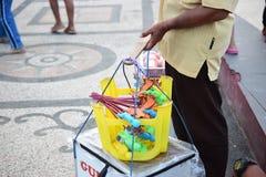 O homem está vendendo brinquedos das crianças imagens de stock royalty free