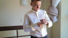 O homem está vestindo o relógio no braço video estoque