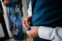 O homem está vestindo um terno azul imagens de stock royalty free