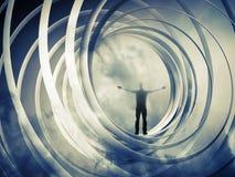 O homem está o fundo tonificado escuro abstrato espiral interno Foto de Stock