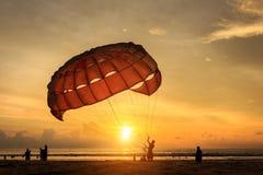 O homem está preparando a navigação de para na praia em Tailândia Imagem de Stock