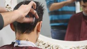 O homem é estando e de fatura o corte de cabelo para um homem filme