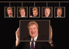 O homem europeu superior na frente dos cartazes com suas caras Fotografia de Stock