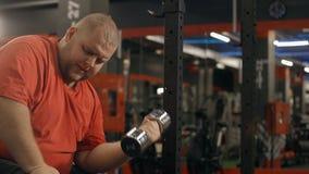 O homem excesso de peso é exercício pesado no gym para o corpo bonito e atlético saudável video estoque