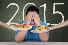 O homem excesso de peso evita alimentos sem valor nutritivo em 2015 Foto de Stock