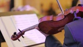 O homem executa peça do violino da ligação a única que joga no concerto clássico Fotos de Stock Royalty Free