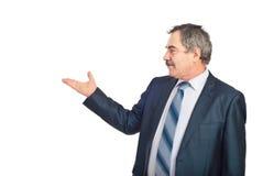 O homem executivo maduro faz a apresentação Imagens de Stock