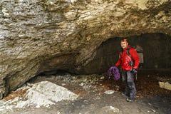 O homem explora uma caverna fotos de stock