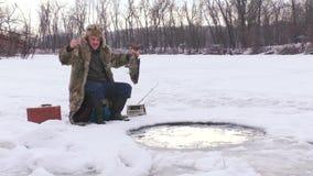 O homem exulta peixes travados video estoque
