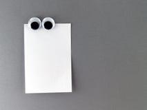 O homem eyes o ímã do refrigerador Imagens de Stock Royalty Free