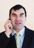 O homem fala no telefone Fotos de Stock Royalty Free