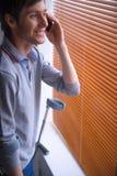 O homem fala pelo telefone Imagem de Stock Royalty Free