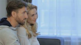 O homem fala a sua esposa em casa video estoque