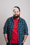 O homem farpado com boné de beisebol está sorrindo Fotografia de Stock Royalty Free