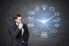 O homem farpado e o negócio cronometram o esboço, quadro-negro Imagem de Stock
