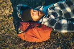 O homem farpado relaxa exterior no por do sol Caminhada e acampamento viagem da aventura Moderno maduro com barba Brutal fotografia de stock royalty free