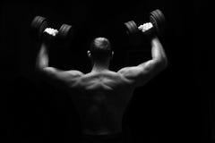 O homem faz exercícios com barbell Foto de Stock