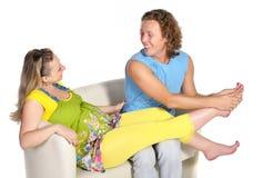 O homem faz a massagem da mulher gravida Imagens de Stock Royalty Free