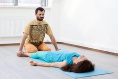O homem faz massagens da mulher imagem de stock royalty free