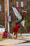 O homem faz o Cartwheel com sinal promover em casa comprar o evento imagem de stock royalty free