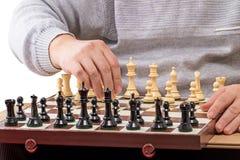 O homem faz o primeiro movimento na xadrez imagens de stock