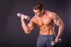 O homem faz pesos dos exercícios Imagem de Stock Royalty Free