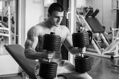 O homem faz pesos dos exercícios Fotografia de Stock