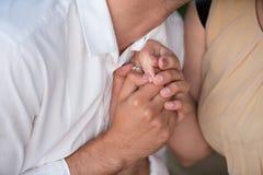 O homem faz a proposta a uma mulher Fotos de Stock Royalty Free