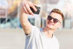 O homem faz o selfie imagens de stock royalty free