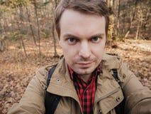 O homem faz o selfie na floresta fotografia de stock royalty free