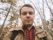 O homem faz o selfie na floresta imagens de stock royalty free