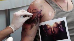 O homem faz a tatuagem ilustração do vetor