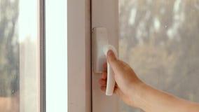 O homem fecha e abre o close-up de poupança de energia da janela