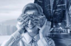 O homem fecha a mulher dos olhos da mão, efeito da exposição dobro fotos de stock royalty free