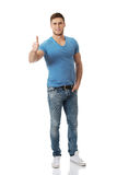 O homem feliz com polegares levanta o gesto Foto de Stock