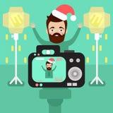 O homem feliz com uma barba que veste um chapéu do Natal é fotografado imagens de stock